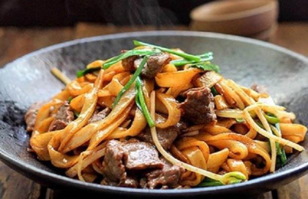 Le pho frit avec du bœuf sauté à la vietnamienne